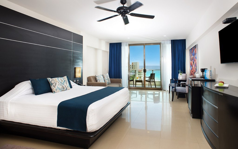 Luxury suite double bed seadust cancun family. resort cancún